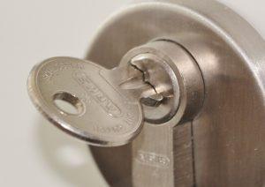 Como destrabar una cerradura?
